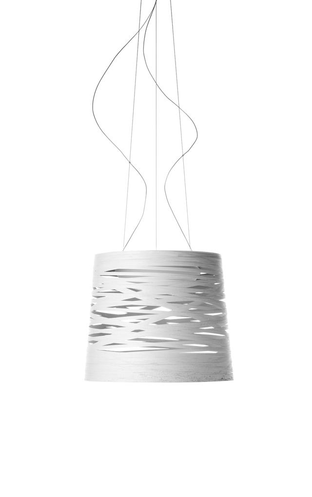 Lampada a sospensione Tress in materiale composito su base di fibra di vetro verniciato, vetro soffiato, metallo cromato e alluminio color bianco realizzata da Marc Sadler per Foscarini