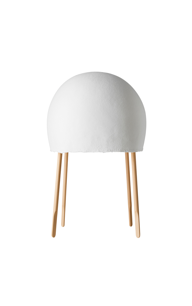 Lampada da tavolo Kurage in carta washi e legno di frassino realizzata dallo studio Nendo di Oki Sato e da Luca Nichetto per Foscarini