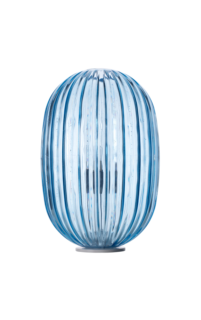 Lampada da tavolo Plass in policarbonato stampato in rotazionale e acciaio color azzurro realizzata da Luca Nichetto per Foscarini