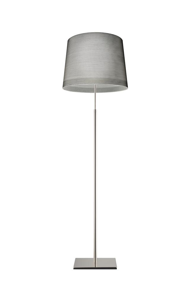 Lampada da terra Giga Lite in materiale composito su base di fibra di vetro verniciato, vetro soffiato, metallo cromato e alluminio realizzata da Marc Sadler per Foscarini