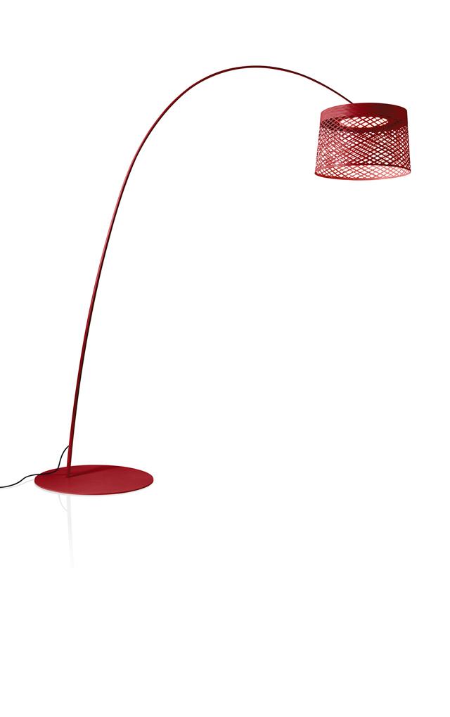 Lampada da terra outodoor Twiggy Grid XL in materiale composito su base di fibra di vetro laccato, PMMA, metallo verniciato e alluminio color carminio realizzata da Marc Sadler per Foscarini